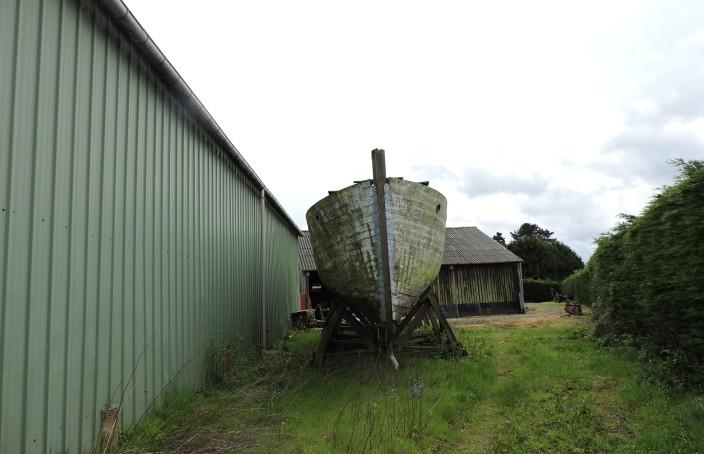 Carcasse de bateau en bois