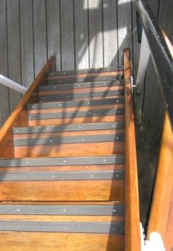 Echelle en bois vernis aux billes antidérapantes
