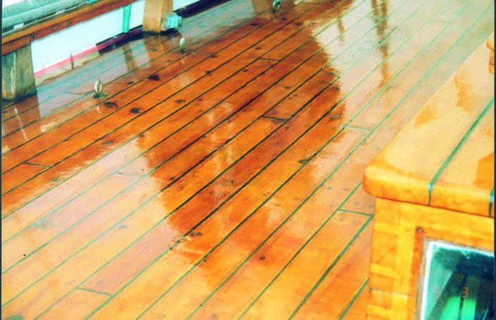 pont en bois vernis avec du coelan