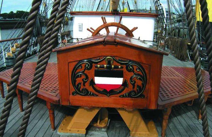 poste de gouvernail en bois vernis sur un voilier