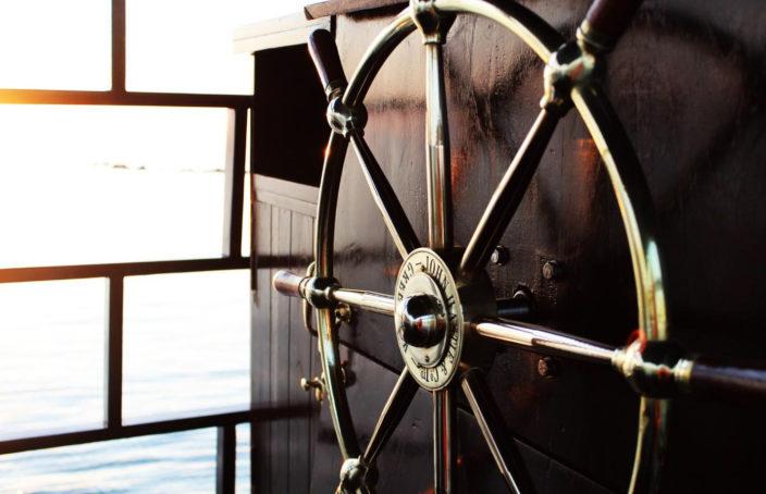 Barre à roue en laiton et poste de pilotage.