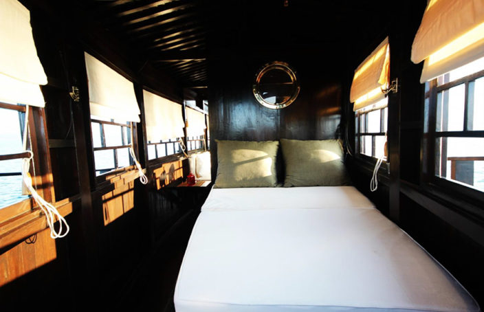 Cabine avec double couchette à l'avant du bateau.