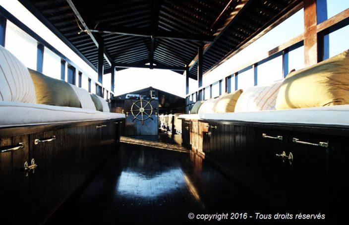 Coffre en bois et perspective du bateau
