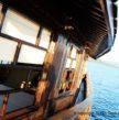 Vue de bâbord du pont du yacht