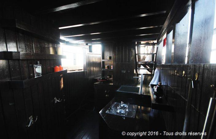 Cuisine installée dans le bateau Birman