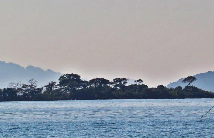 Panorama, yacht et paysage birman.